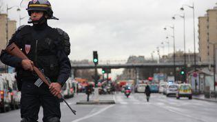 Un policier intervient aux abords de la prise d'otages de la porte de Vincennes, le 9 janvier 2015 à Paris. (BASTIEN HUGUES / FRANCETV INFO)