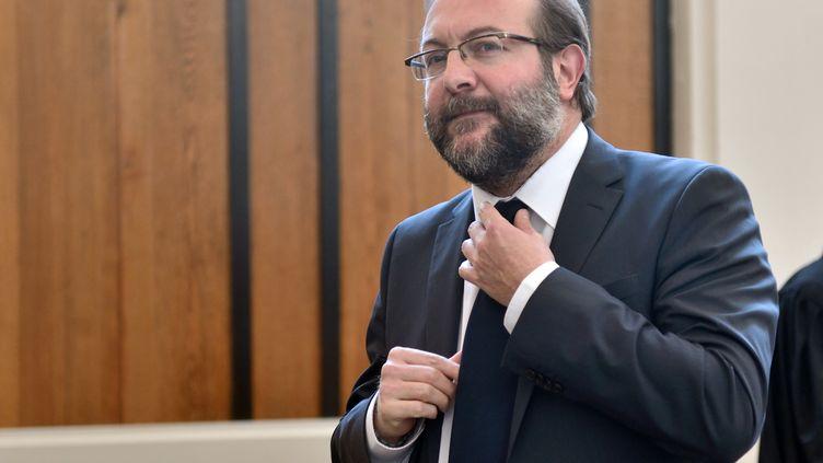 Gérard Dalongeville, ancien maire PS d'Hénin-Beaumont, arrive au tribunal de Béthune (Pas-de-Calais) pour l'ouverture de son procès pour détournement de fonds publics, le 27 mai 2013. (DENIS CHARLET / AFP)