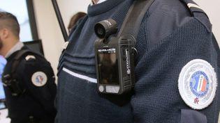 Un agent de police équipé d'une caméra-piéton. (JACQUES DEMARTHON / AFP)