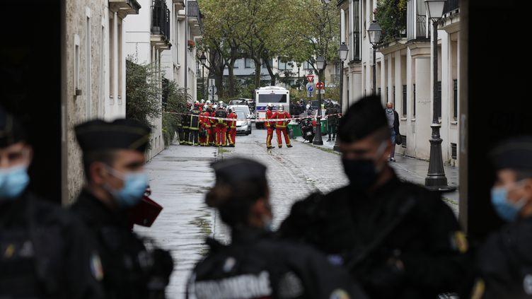 """Des gendarmes bloquent l'accès au lieu de l'attaque à l'arme blanche qui a visé deux salariés de la société de production """"Premières lignes"""", dans le 11e arrondissement de Paris, le vendredi 25 septembre 2020. (GEOFFROY VAN DER HASSELT / AFP)"""