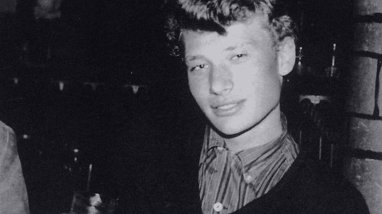 Photographie de Johnny Hallyday après l'un de ses concerts au cabaret L'Escale, à Migennes (Yonne), en 1960. (ALAIN VINCENT / EDITIONS DE L'ARMANCON)