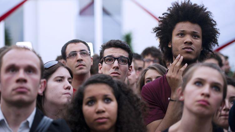 Des membres du Mouvement des jeunes socialistes écoutent un discours de Ségolène Royal à l'occasion des élections législatives, le 17 juin 2012 à La Rochelle (Charente-Maritime). (FRED DUFOUR / AFP)