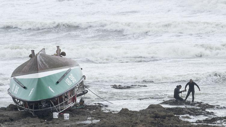 Des sauveteurs autour de la navette de la SNSM naufragée, sur la côte des Sables-d'Olonne (Vendée), le 7 juin 2019. (SEBASTIEN SALOM-GOMIS / AFP)