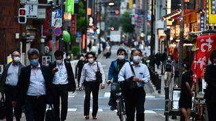 Dans une rue de Tokyo le 15 mai 2020 (CHARLY TRIBALLEAU / AFP)
