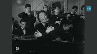 """Edith Piaf interprète""""La Vie en Rose"""", en anglais. (INA)"""