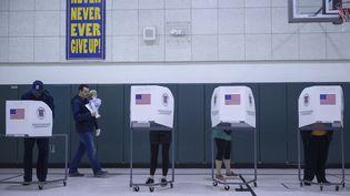 Des Américains votent pour les primaires démocrates à Purcellville, en Virginie, le 3 mars 2020. (ANDREW CABALLERO-REYNOLDS / AFP)