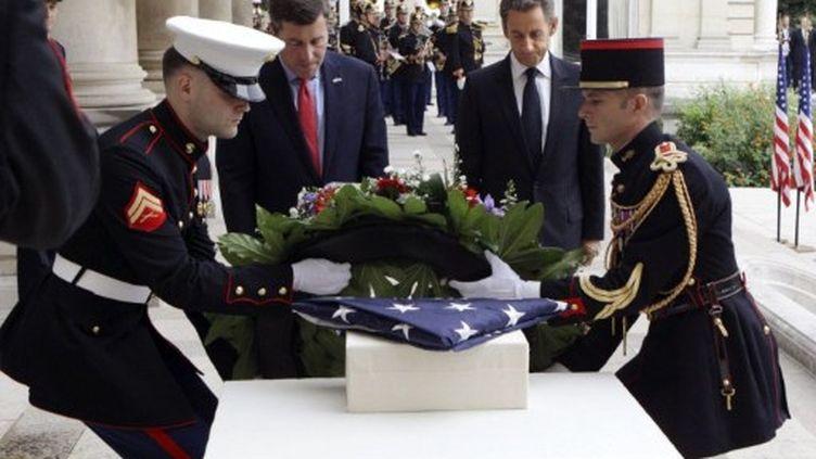 Nicolas Sarkozy (à droite) lors d'une cérémonie pour le 11 septembre (Ambassade des USA, Paris, 9 septembre 2011) (AFP/MICHEL EULER)