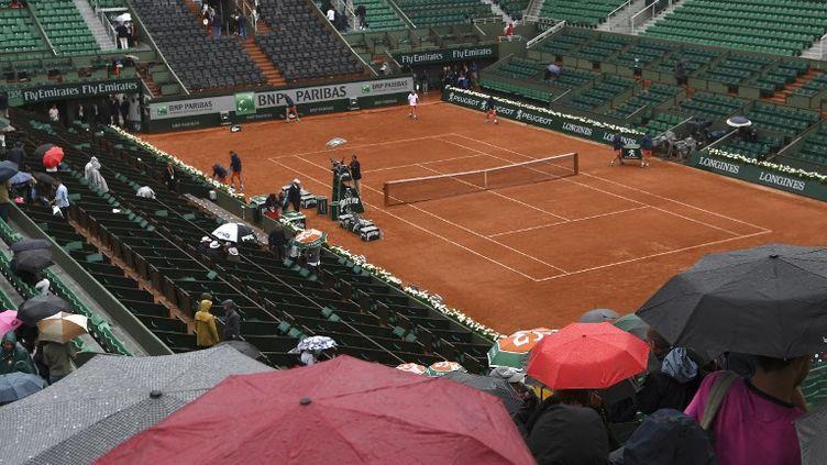 La pluie a interrompu les matches à Roland-Garros ce samedi 3 juin (GABRIEL BOUYS / AFP)