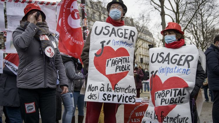 Desprofessionnels de la santé manifestent à Paris, le 21 janvier 2021. (JACOPO LANDI / HANS LUCAS / AFP)
