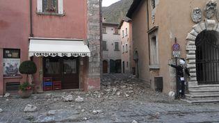 A Visso (centre de l'Italie), les secousses sismiques du 26 octobre ont fait quelques dégâts matériels. (TIZIANA FABI / AFP)