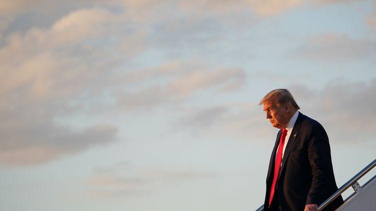 Le président américain Donald Trump descend d'Air Force One après avoir atterri sur la base aérienne d'Andrews (Maryland), le 30 mai 2020. (MANDEL NGAN / AFP)