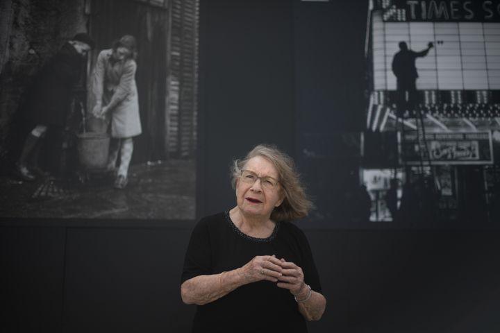 Sabine Weiss, dans son exposition au Kiosque de Vannes (Morbihan), le 16 juillet 2020 (LOIC VENANCE / AFP)