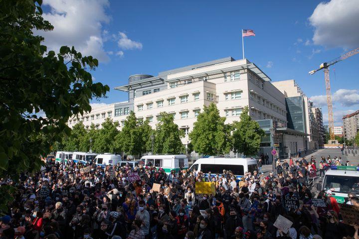 Des manifestants se tiennent devant l'ambassade des États-Unis à Berlin (Allemagne)le 30 mai 2020, après le meurtre de l'Afro-Américain George Floyd. (CHRISTOPH SOEDER / DPA / AFP)