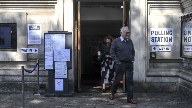 Descitoyens britanniques sortent d'un bureau de vote pour les élections européennes, le 23 mai 2019 à Londres (Royaume-Uni). (ALBERTO PEZZALI / NURPHOTO / AFP)