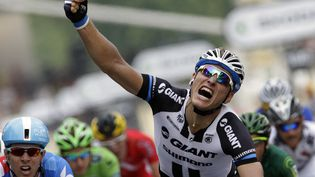 L'Allemand Marcel Kittel célèbre sa victoire lors de la dernière étape du Tour de France, à Paris, le 27 juillet 2014. (KENZO TRIBOUILLARD / AFP)