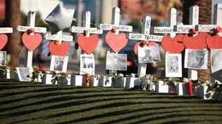 Des croix représentant les victimes de la fusillade à Las Vegas (Etats-Unis), le 6 octobre 2017. (ROBYN BECK / AFP)