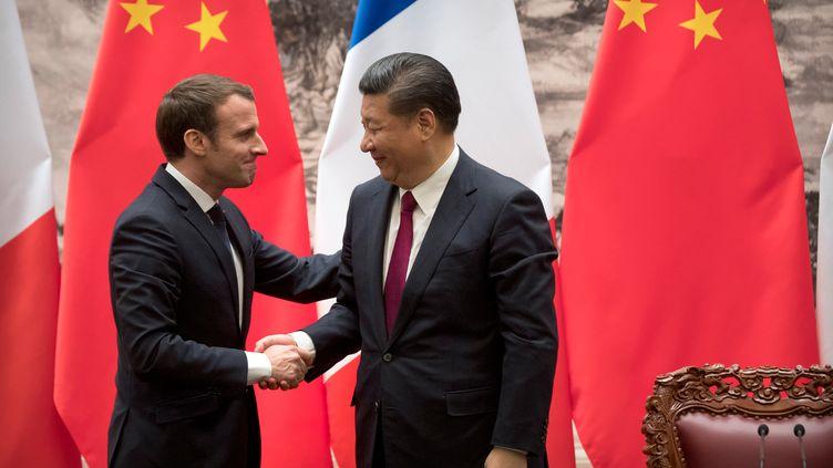 Le président de la République Emmanuel Macron serre la main de son homologue chinois Xi Jinping après une conférence de presse commune à Pékin, le 9 janvier 2018. (MARK SCHIEFELBEIN / AFP)