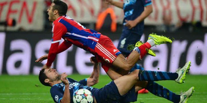 Thiago Alcantara, ici violemment taclé par Ivan Marcano, a surclassé le milieu de terrain du FC Porto.