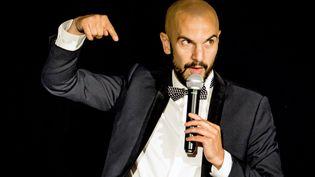 L'humoriste Julien Strelzyk sur scène (Virgin's Art)