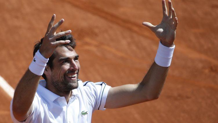 Le Français Jérémy Chardy célèbre sa victoire face au Belge David Goffin, le 30 mai 2015, à Roland-Garros. (KENZO TRIBOUILLARD / AFP)