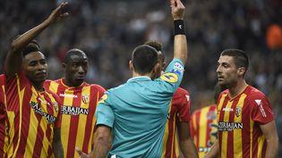 Les joueurs du RC Lens se plaignent auprès de l'arbitre après le carton rouge donné à Jean-Philippe Gbamin, le 17 octobre 2014 au Stade de France (Seine-Saint-Denis), lors du match Lens-PSG. (MARTIN BUREAU / AFP)