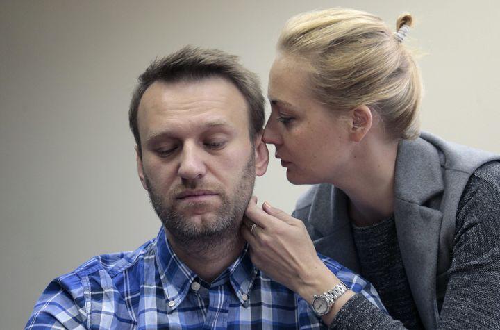 Alexeï Navalny et son épouse Ioulia, lors d'un procès de l'opposant à Moscou (Russie), le 23 avril 2015. (MAXPPP)
