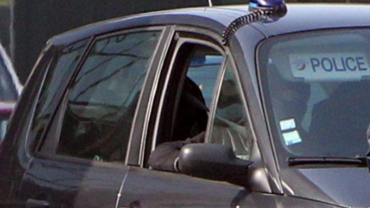 Une des voitures du convoi ayant conduit Abdelkader Merah et sa compagne jusqu'aux locaux de la sous-direction antiterroriste à Levallois-Perret (Hauts-de-Seine),le 24 mars 2012. (KENZO TRIBOUILLARD / AFP)