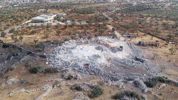 Les ruines de la maison où se trouvait Abou Bakr Al-Baghdadi lors de l'opération américaine qui a entraîné sa mort, le 28 octobre 2019 près d'Idlib (Syrie). (AHMET WEYS / ANADOLU AGENCY / AFP)