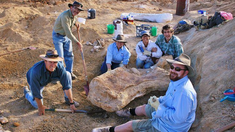 Des chercheurs en train de creuser pour trouver des fossiles de dinosaures à Cooper Creek près de la ville d'Eromanga en Australie, où les fossiles d'Australotitan cooperensis a été découvert en 2007. (ROCHELLE LAWRENCE / THE EROMANGA NATURAL HISTORY MUS)