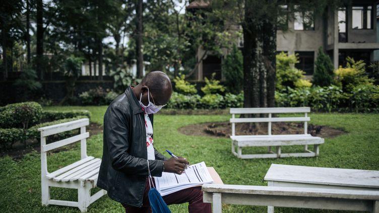 Un membre du personnel du ministère congolais de la Santé note des informations après un test de dépistage du Covid-19 dans une résidence privée de Goma, à l'est de la RDC, le 30 mars 2020. (ALEXIS HUGUET / AFP)