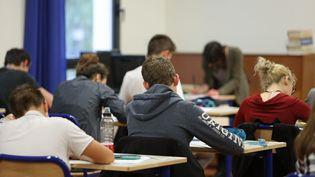 Des élèves de troisième passent le brevet des collèges au collège Jules Ferry, à Quimperlé (Finistère), le 23 juin 2016. (MAXPPP)