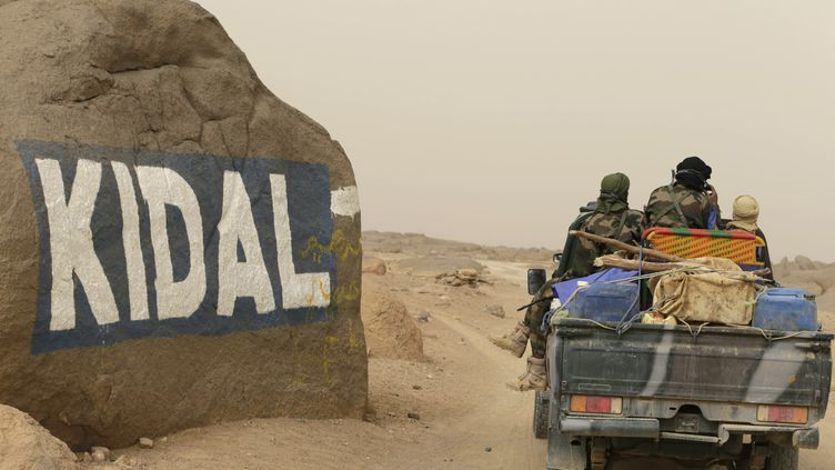 Des soldats maliens approchent de Kidal, dans le nord du Mali, le 26 juillet 2013. (KENZO TRIBOUILLARD / AFP)