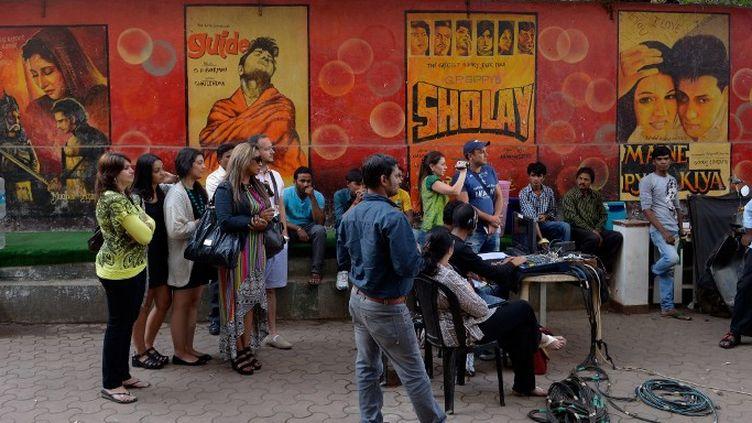 Des touristes assistent à une scène de tournage à Mumbai (janvier 2014)  (Bollywood s'apprête à accueillir son premier musée du cinéma )