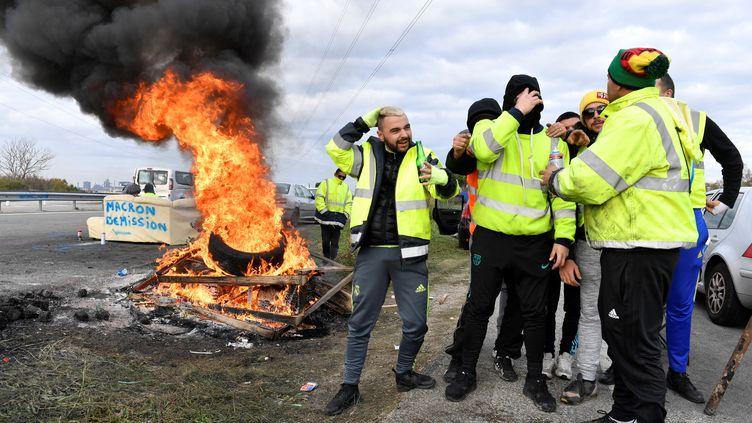 """Des """"gilets jaunes"""" manifestent près dudépôt de pétrole deFos-sur-mer (Bouches-du-Rhône), lundi 19 novembre 2018. (GERARD JULIEN / AFP)"""