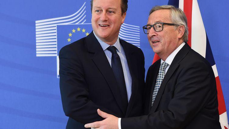 Le Premier ministre britannique, David Cameron, est accueilli par le président de la Commission européenne, Jean-Claude Juncker, le 16 février 2016 à Bruxelles. (EMMANUEL DUNAND / AFP)