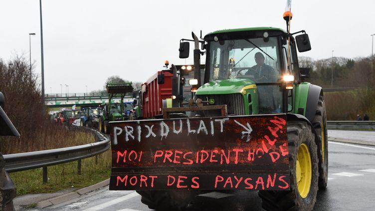 Des agriculteurs manifestent le 2 février 2016 à Boulogne-sur-Mer (Pas-de-Calais). (MAXPPP)