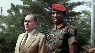 Le président burkinabè Thomas Sankara accueille François Mitterrand à l'aéroport de Ouagadougou lors d'une visite officielle du président français, le 17 novembre 1986. (DANIEL JANIN / AFP)