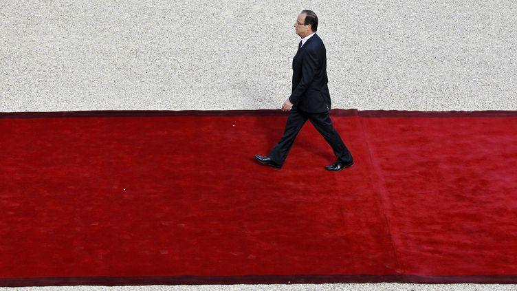 François Hollande arrive à proximité du perron de l'Elysée, le 15 mai 2012, à Paris. (CHRISTOPHE ENA / POOL)