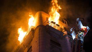 L'incendie qui a touché unimmeuble à l'angle des rues Hélène et Lemercier, dans le XVIIe arrondissement de Paris. (JULIEN DUC / BSPP)