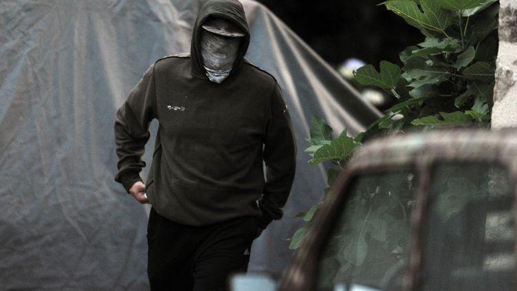 """Le 18 juillet 2013, un homme, très probablement Kristian """"Varg"""" Vikernes, devant la ferme de Salon-La-Tour, en Corrèze, où il a été arrêté. (NICOLAS TUCAT / AFP)"""