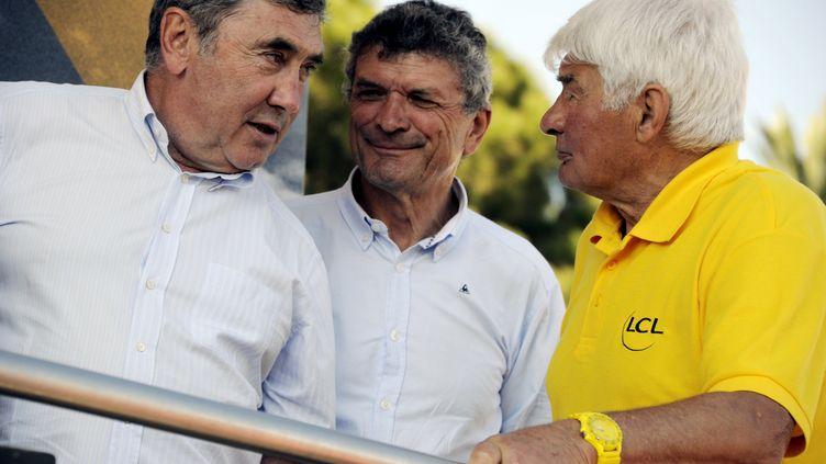 Eddy Merckx, Bernard Thévenet et Raymond Poulidor sur le Tour de France 2013. (ALEXANDRE MARCHI / MAXPPP)