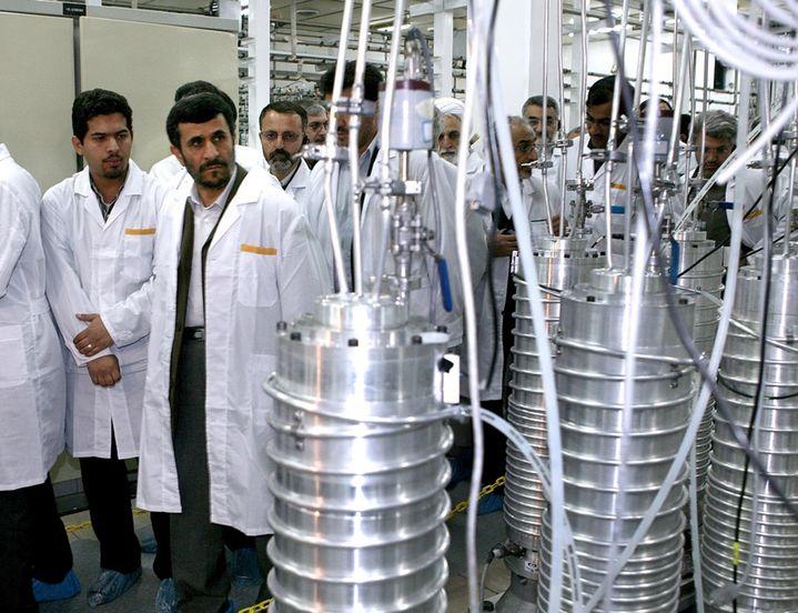 Mahmoud Ahmadinejad, alors président de l'Iran, en visite sur le site d'enrichissement nucléaire de Natanz, le 8 avril 2008. (REUTERS)