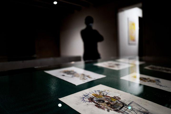 Exposition de dessins attribués à Jean-Michel Basquiat, dans une galerie de Nuits-Saint-Georges (Côte-d'Or), en octobre 2020. (JEFF PACHOUD / AFP)