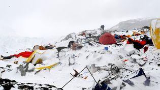 Ce camp de base dans l'Everest a été dévasté par une avalanche après le séisme survenu au Népal, samedi 25 avril 2015. (ROBERTO SCHMIDT / AFP)