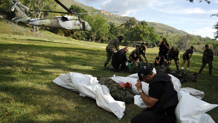 Les corps de guerilleros présumés des Farc tués lors d'un bombardement sont déposés sur une base militaire colombienne, le 2 septembre 2011. (LUIS ROBAYO / AFP)
