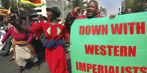 Anciens combattants de la guerre d'indépendance lors d'une manifestation de soutien au président Robert Mugabe à Harare, le 29-8-2007. Sur l'affiche verte, on peut lire: «A bas les impérialistes occidentaux !» (Reuters - Philimon Bulawayo)