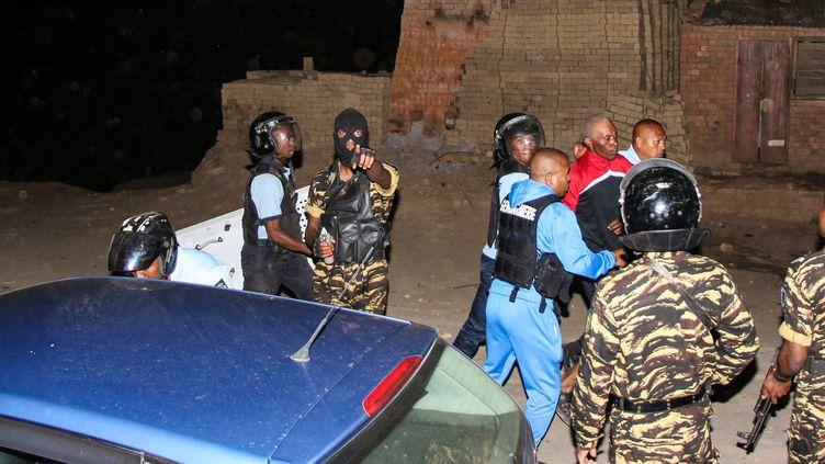 """Arrestation d'un homme après des heurts entre les habitants d'Ambohitrimanjaka et la police, le 17 octobre 2019. Les manifestants protestentcontre le projet """"Tana Masoandro"""".  (MAMYRAEL / AFP)"""