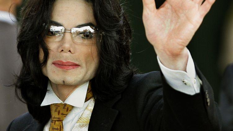 Michael Jackson salue des fans à son arrivée au tribunal du comté de Santa Barbara, à Santa Maria (Californie), le 3 juin 2005. (TIMOTHY A. CLARY / AFP)
