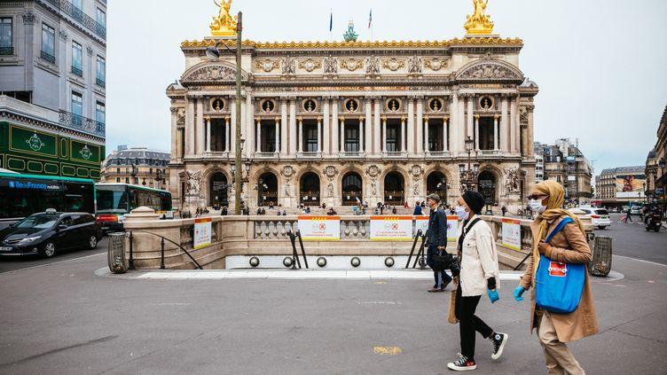 Devant la sortie du métro Opéra, face à l'Opéra Garnier de Paris, le 16 mai 2020. (MATHIEU MENARD / HANS LUCAS VIA AFP)