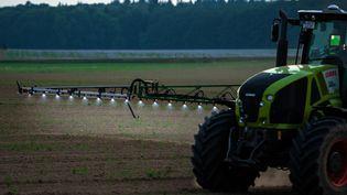 La France reste encore la championne européenne des pesticides, mais la tendance serait en train de s'inverser d'après les derniers chiffrespubliés par le ministère de l'Agriculture. (Photo d'illustration). (MAXPPP)